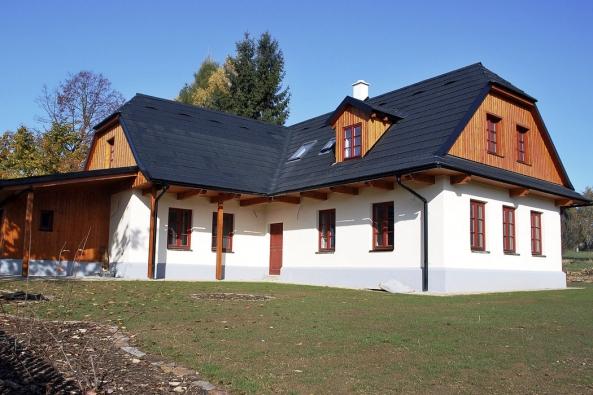 Chalupa vmalé vesničce Cikháj vcentru Chráněné krajinné oblasti Žďárské vrchy je obklopena lesem, loukami apastvinami, takže bylo žádoucí zachovat venkovský ráz stavení, tak jak se kdysi naVysočině stavělo. Stavebník chtěl ale současně využít ivšechny dostupné moderní technologie.