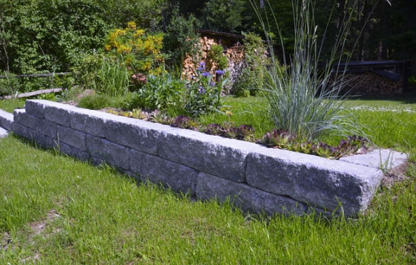 Krása stavebního kamene zvláště vynikne uokrasných zídek arůzných předělů. Duo Stone se vyrábí jako vibrolisovaný blok sjednou stranou štípanou adruhou hladkou. Šedočerný kámen je následně orumplován (PRESBETON)