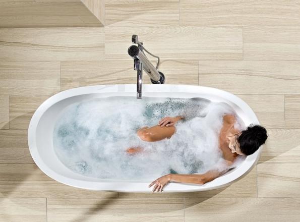 """Vana plná horké vody, kdo by si ji rád nedopřál. Ovšem chcete-li šetřit právě na vodě (a taky na jejím ohřevu), odborníci doporučují sprchu a""""teplou náruč"""" s pěnou třeba obden (RAKO)"""