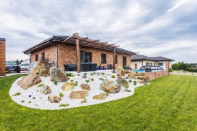 Sympatický bungalov je zasazen do mírně svažitého terénu a na první pohled vás zaujme fasádou obloženou cihelnými pásky Wienerberger Terca.