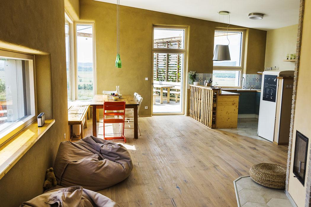 Jihozápadní roh místnosti je prosklený apropojuje tak opticky místnost svenkovní terasou.
