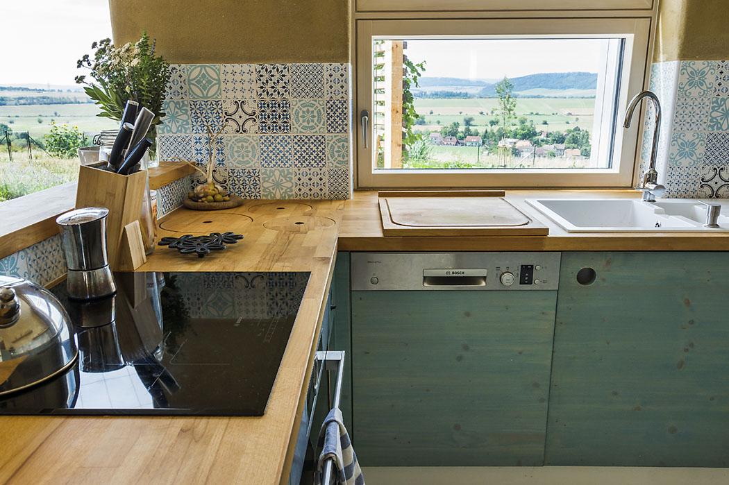 Kuchyňský kout obsahuje kromě jiného iodpadní díry pro recyklaci (papír, plast, sklo akompost) (1)