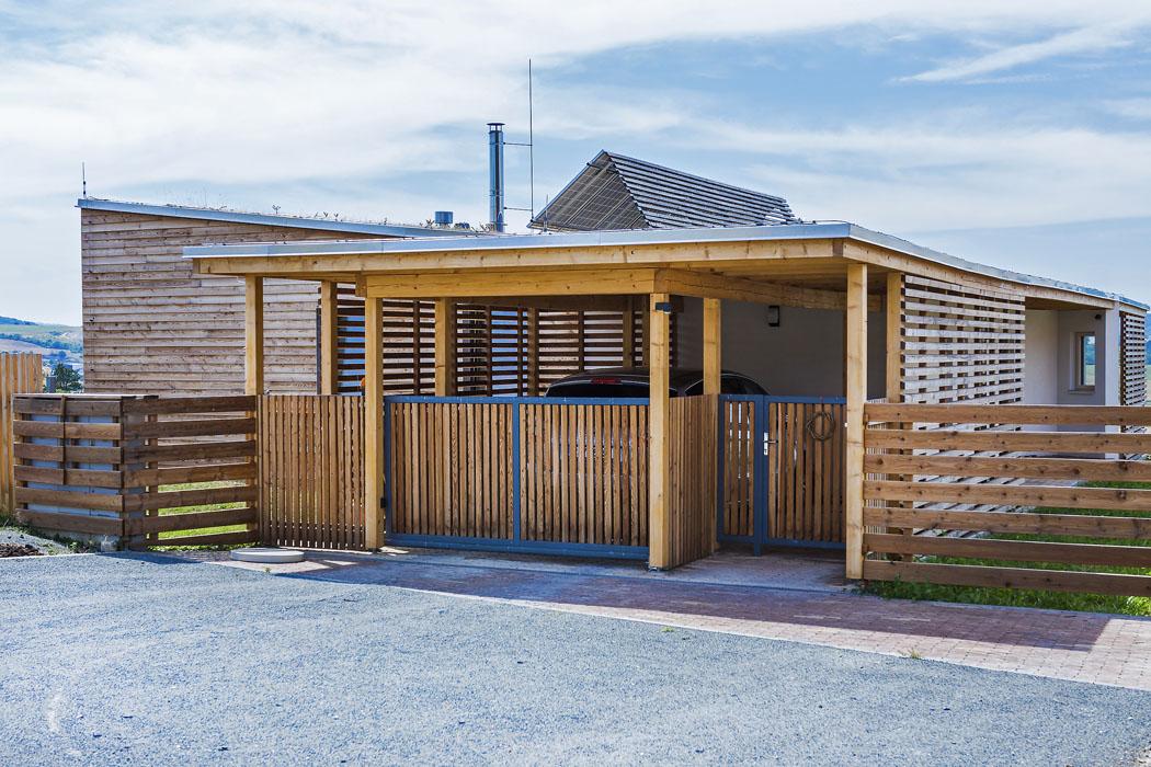 Dominance dřeva je patrná naprvní pohled, uplatňuje se vkonstrukci, obkladu iveformě laťových treláží. Strohé tvary jsou změkčeny popínavou zelení aspolu sozeleněnými střechami dávají domu ryze přírodní charakter, treláže asítě prostorovou lehkost akompozice složená zvíce tvarů vizuální rozmanitost.