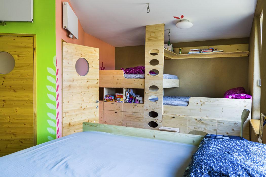 Dětské pokoje navrhla majitelka očima svých dětí. Proto nechybí široké postele pro vlastní komfort ipro přespání kamarádů.