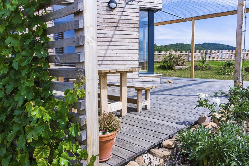 Naprostorné terase popnuté vinnou révou se nachází masivní zahradní nábytek vyrobený vnedaleké truhlářské dílně. Dřevo pochází zmístních lesů.