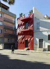 Něžný génius, evokující hrad či pevnost s plastickou fasádou, vyzařuje napětí a dynamiku. Interiér navrhl Matteo Garbagnati z ateliéru mgarba, společně tvoří projekt Semínko času.