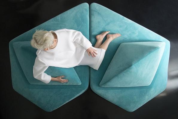 Modulární sofa Vibrio je koncipováno jako socha s přidanou hodnotou pohodlí. Flexibilní skladebný systém vychází z anatomického tvarování a přizpůsobí se i velmi atypickému prostoru.