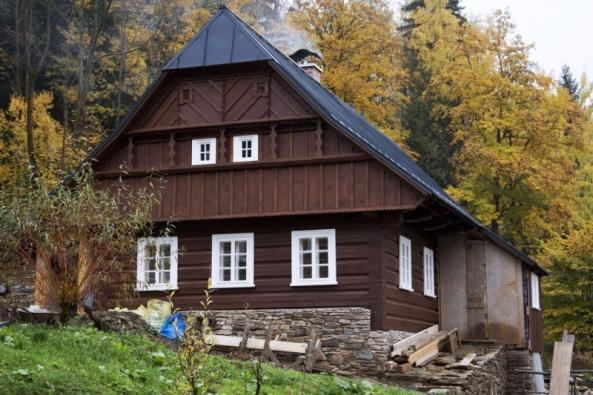 Na příběhu rekonstrukce této krkonošské chalupy můžeme vidět, jak je možné skloubit tradiční stavbu s moderními materiály a technologiemi. (Foto: Knauf)
