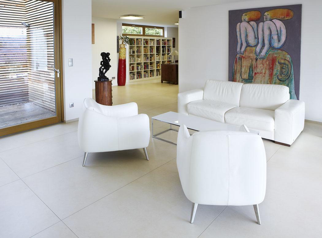 """Nově vzniklý prostor slouží ijako soukromá galerie. """"Dělám si radost obrazy asochami, ato jak moderního umění, tak iobrazy klasiky,"""" říká majitel."""