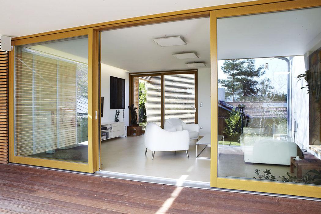 Zapozornost stojí ipoužití velkoformátové dlažby orozměrech 3 x 1 metr. Kjejí volbě vedla architekta fascinace možnostmi doby, konkrétně velikostí formátu s4mm výškou, uplatnění podlahového vytápění napojeného nastávající otopný systém domu, dále minimum spár, tedy funkčnost, anakonec avprvní řadě estetika. (2)