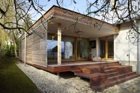 Jednu část přístavby využívá majitel jako pracovnu, knihovnu astudovnu, druhou část jako prostor kodpočinku, meditaci acvičení. Terasa funguje jako letní obývák.