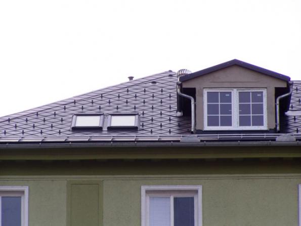 Ochrana proti sněhu zahrnuje jednak opatření umisťovaná do plochy střechy – protisněhové háky, které zabraňují sněhu v pohybu po povrchu střešní krytiny, tak opatření doplňková – protisněhové zábrany neboli sněholamy (liniová opatření). (Foto: HPI)