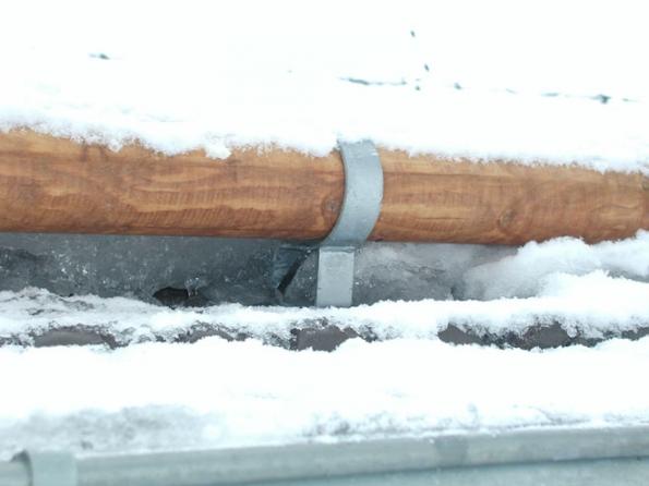 Třetí z možností je sněhová zábrana s kulatinou těšící se oblibě v horských oblastech, kde tvoří navíc zajímavý estetický doplněk celé střechy. (Foto: HPI)