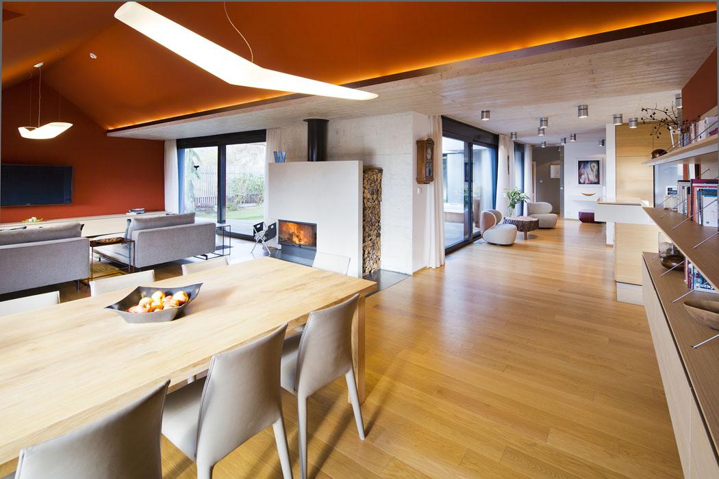 Velkorysost otevřeného prostoru adostatečná výška stropů umožnily použít vinteriéru výraznou cihlovou barvu, aniž by došlo k jehooptickému zmenšení.