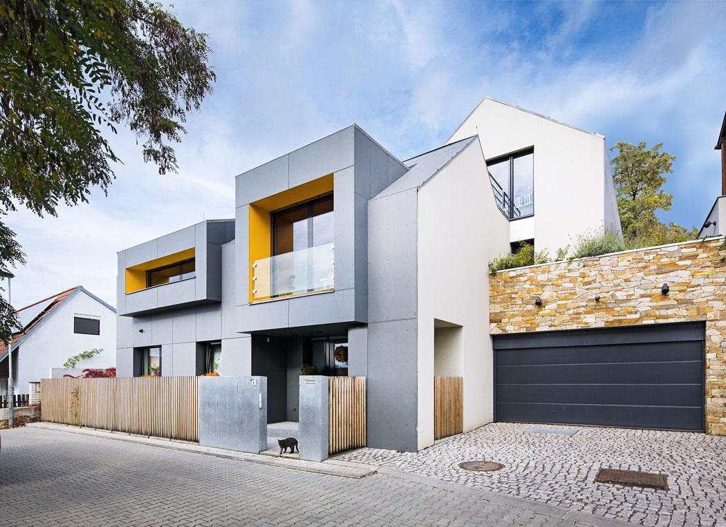 Dům je nápadný dvěma hranatými vikýři, ale nechybí ani sedlové střechy. Zdobí ho šedé eternitové desky akamenný obklad zruly (Pražský kámen)