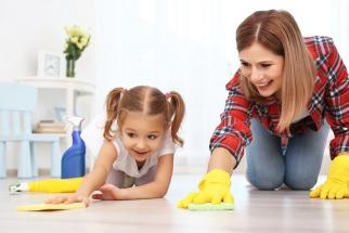 Téměř v každé domácnosti je na stěnách nebo podlahách použitá keramická dlažba. I když jde z hlediska úklidu o praktický materiál, v prostorách s vyšší koncentrací nečistot vyžaduje pečlivější údržbu.