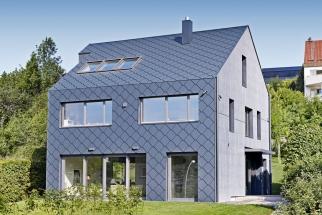 Plášť i střešní krytinu dnešních moderních staveb tvoří hliník. Materiál odolný proti povětrnosti, rezuvzdorný, nerozbitný, lehký. Na snímku šablona Prefa 44x44 (PREFA)