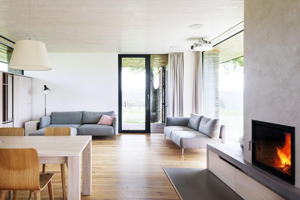 Dřevěný nábytek abílý interiér vprvním podlaží tvoří negativ kdřevěnému interiéru abílému nábytku podkroví.