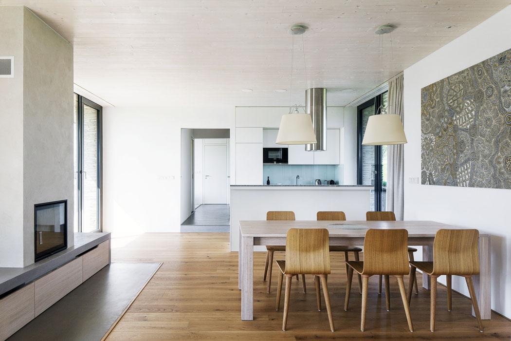 Osa domu tvoříprůhled odseveru kjihu. Je přepažovaná posuvnými dveřmi, které je možné zavřít, autvořit tak uzavřené jednotlivé prostory.