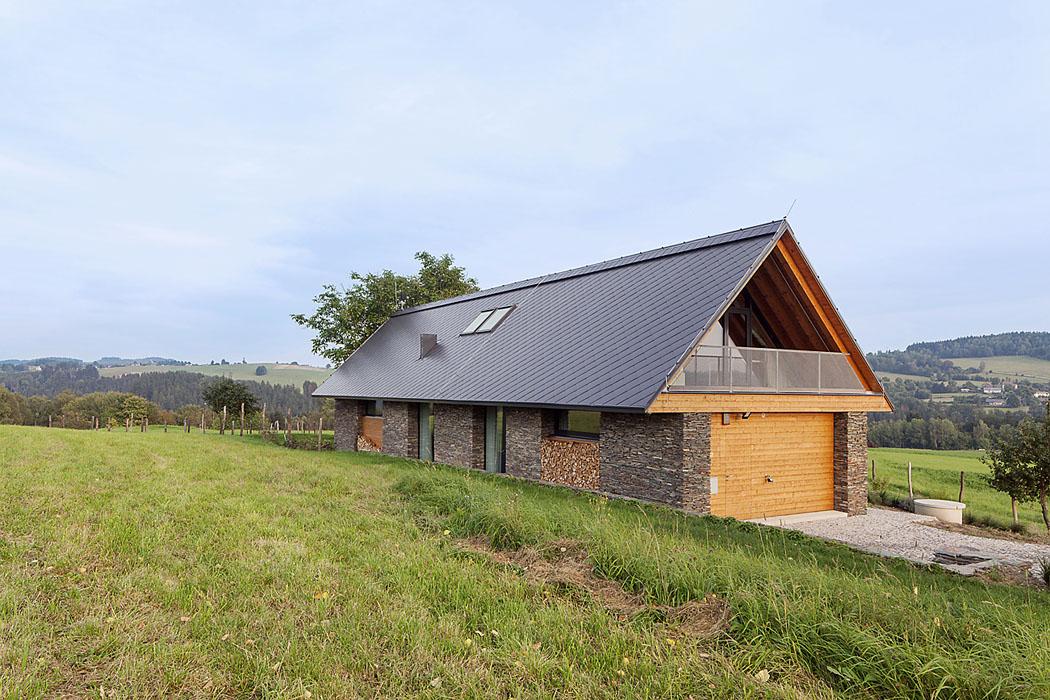 Střecha bez okapů eliminuje přílišné namáhání žlabů vzimním období. Ze severu stéká voda přímo dobetonového koryta, překrytého pochozím roštem (2)