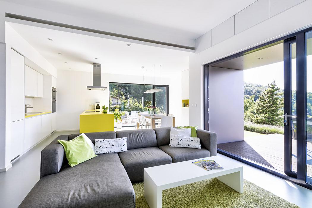 Každé okno je navrženo tak, aby přinášelo působivý obraz okolní krajiny. Aby výhledy zůstaly dominantní, je interiér střízlivý a jednoduchý, ale ne fádní.