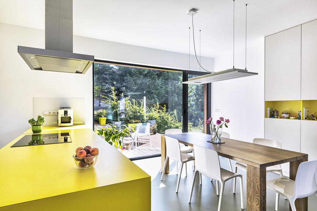 Jasně žlutá barva oživuje neutrální tóny bílé a šedé. Vnáší do průmyslové krajiny severních Čech zářivě slunečnou pozitivní náladu.