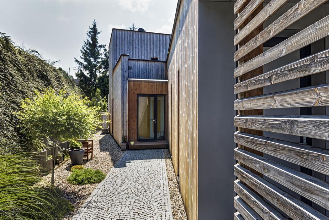 Vstup do domu odhaluje pohled na postupnou gradaci hmot objektu.
