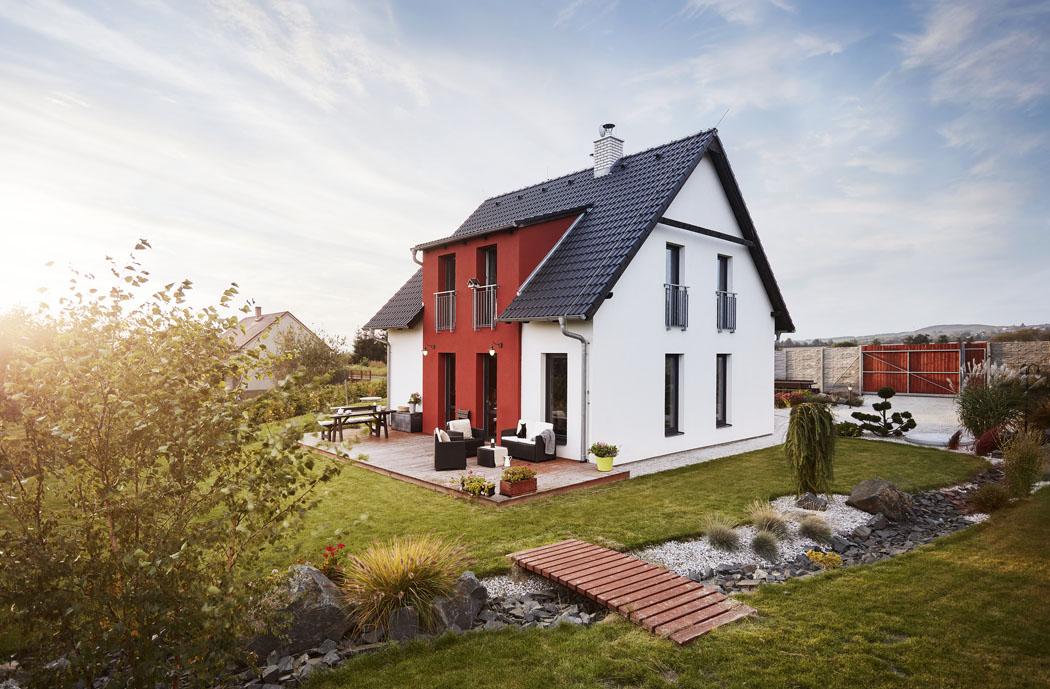 Bydlení v domě Harmonie je příjemné mimo jiné i díky množství francouzských oken, která přivádějí hodně světla a propojují interiér s terasou a se zahradou.