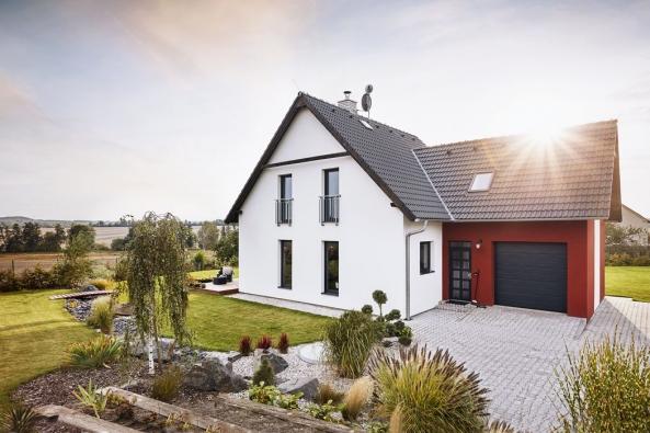 Tradiční tvar se sedlovými střechami se pojí  s jednoduchou fasádou, moderními detaily  a možnostmi různých individuálních úprav.  Díky tomu se dům hodí na venkov i do města.