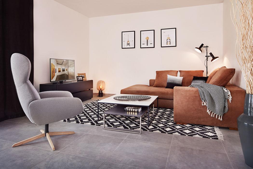 Interiér je vybaven kombinací běžného sériově vyráběného nábytku a atraktivních solitérů. Cílem majitelů bylo především vytvořit útulný vlastní svět.