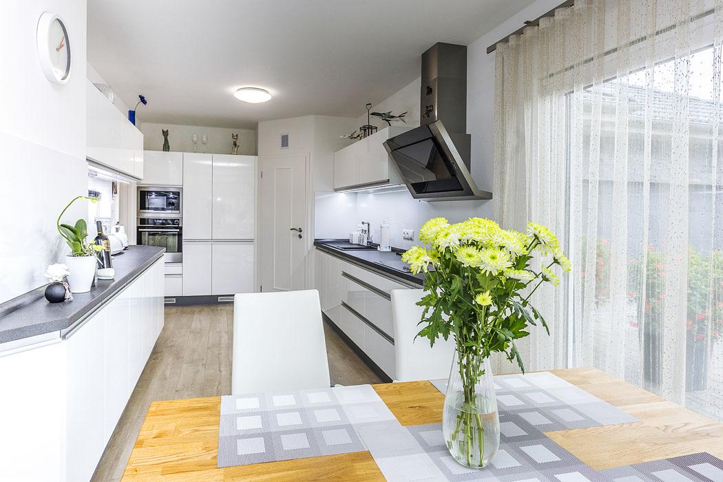 Kuchyňská sekce je částečně oddělena příčkou se zasouvacími dveřmi, kdežto jídelní prostor je skuchyní iobývákem volně propojen.