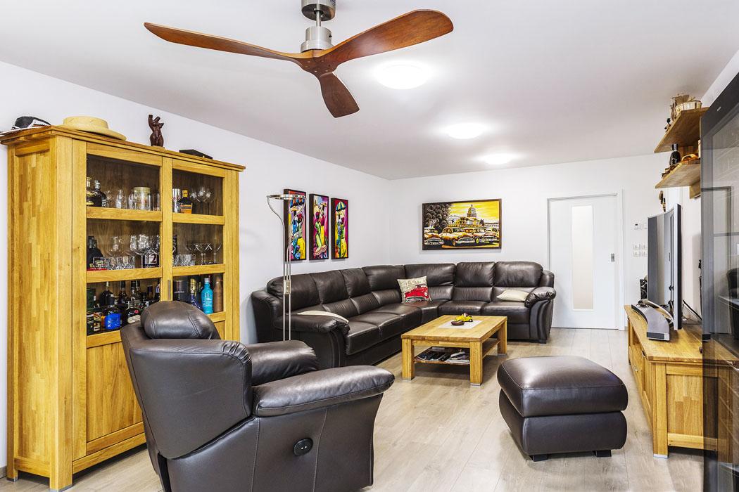 Interiér obývacího pokoje nezapře inspiraci zcest poJižní Americe. Naoblast Kuby odkazuje stropní ventilátor, obrazy zHavany, doutníky izásoba ušlechtilých rumů.
