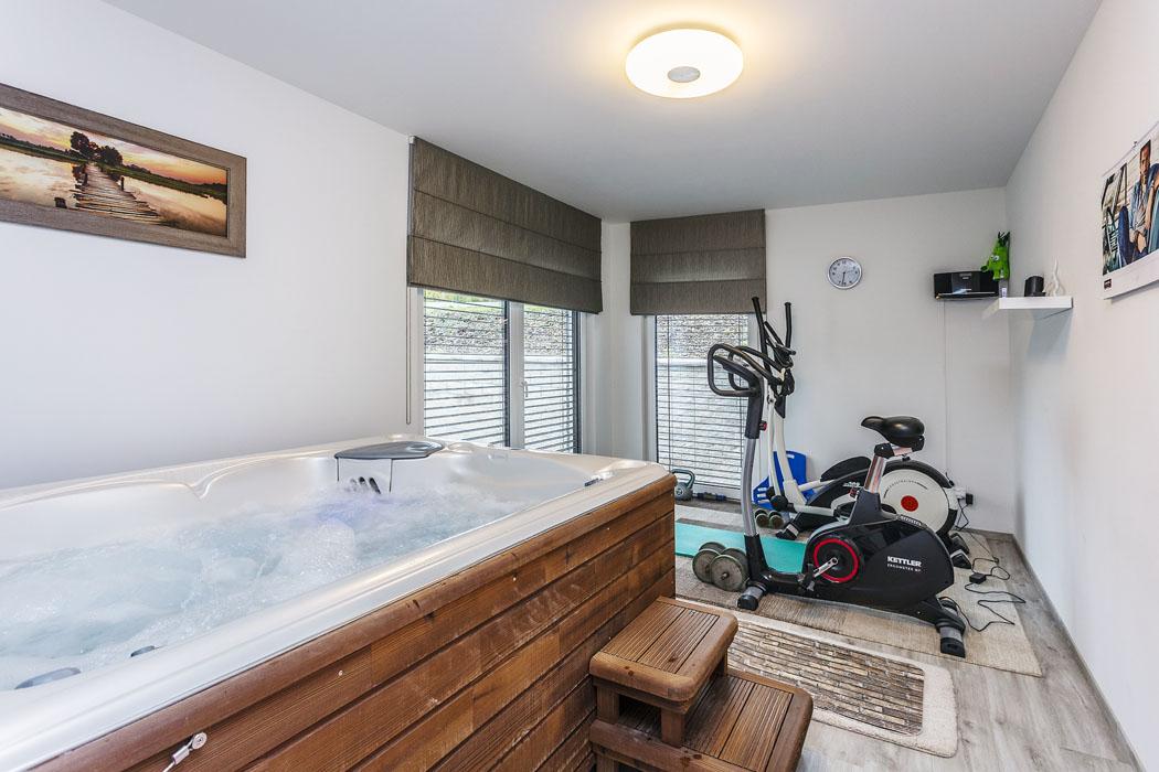 Důležitou ačasto využívanou místností vdomě je fitness, kde si Karel aSylva udržují fyzičku. Kromě dvou rotopedů zde nechybí ani vířivka pro vodní masáž arelaxaci.