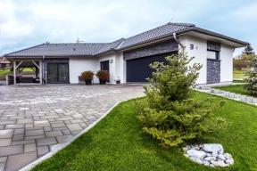 Karel aSylva si vybrali bungalov hlavně proto, aby je nic nerušilo anemuseli se domem příliš zabývat. Uprostřed zeleně tak mohou nerušeně relaxovat asbírat síly nacesty posvětě.