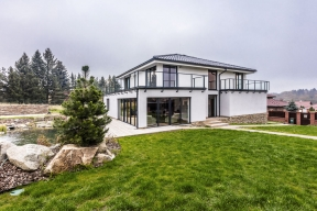 Nacelkovém pohledu nadům je vidět, že architekt šikovným využitím skleněných ploch aminimalistického zábradlí dosáhl lehkosti avzdušnosti celé stavby.