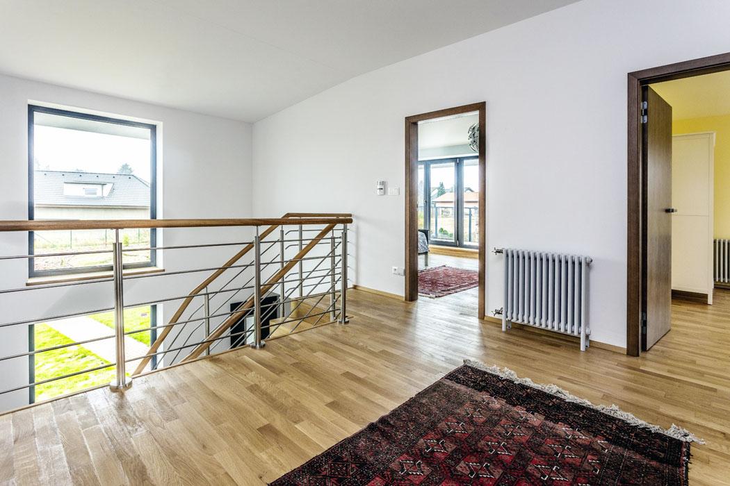 Hala je otevřena až postřechu, takže podlaha druhého nadzemního podlaží tvoří galerii. Výrazným prvkem je zde dřevěné pohledové schodiště zmasivního dřeva.