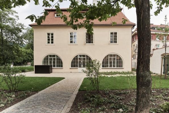 Původně renesanční dům ze 16. století obdařila historie pestrým osudem azajímavými nájemníky: sloužil jako koželužna, zahradní domek, zapanování rodu Nosticů byl pak podle návrhu slavného architekta Ignáce Palliardiho přestavěn vklasicistním stylu navilu pro Josefa Dobrovského.