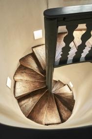 Do podkrovního prostoru se vychází po zrenovovaném točitém schodišti.