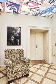 Celou expozici doprovázejí reprodukce dobových plakátů divadelních her, poutačů či obálek. Jejich koláž září například na prosvětleném stropě vhale prvního patra. (2)
