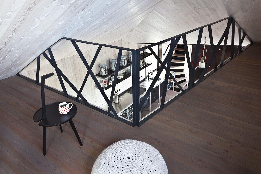 Patra – galerie na spaní jsou lemována efektním zábradlím z pásových ocelových profilů. Plochá ocel byla použita také na konstrukci schodiště.