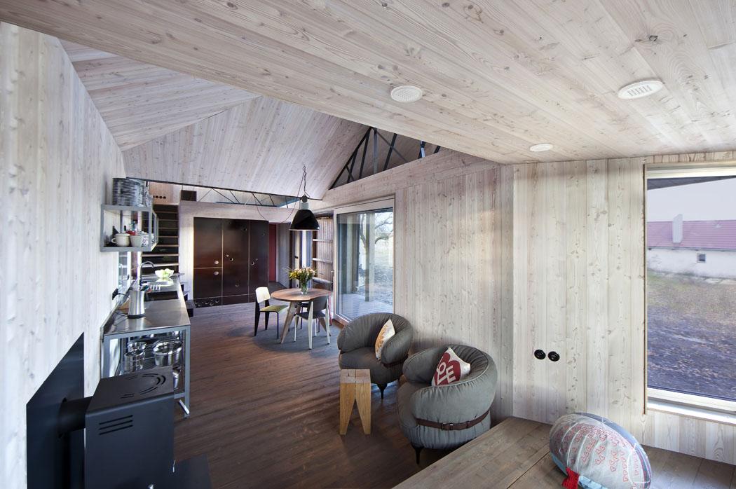 Interiér s vybavením v retro a industriálním stylu má mírně skandinávský nádech. Bělený modřín činí vnitřní prostor světlejší a vzdušnější, kartáčovaná podlaha je opatřena speciálním olejovým nátěrem.