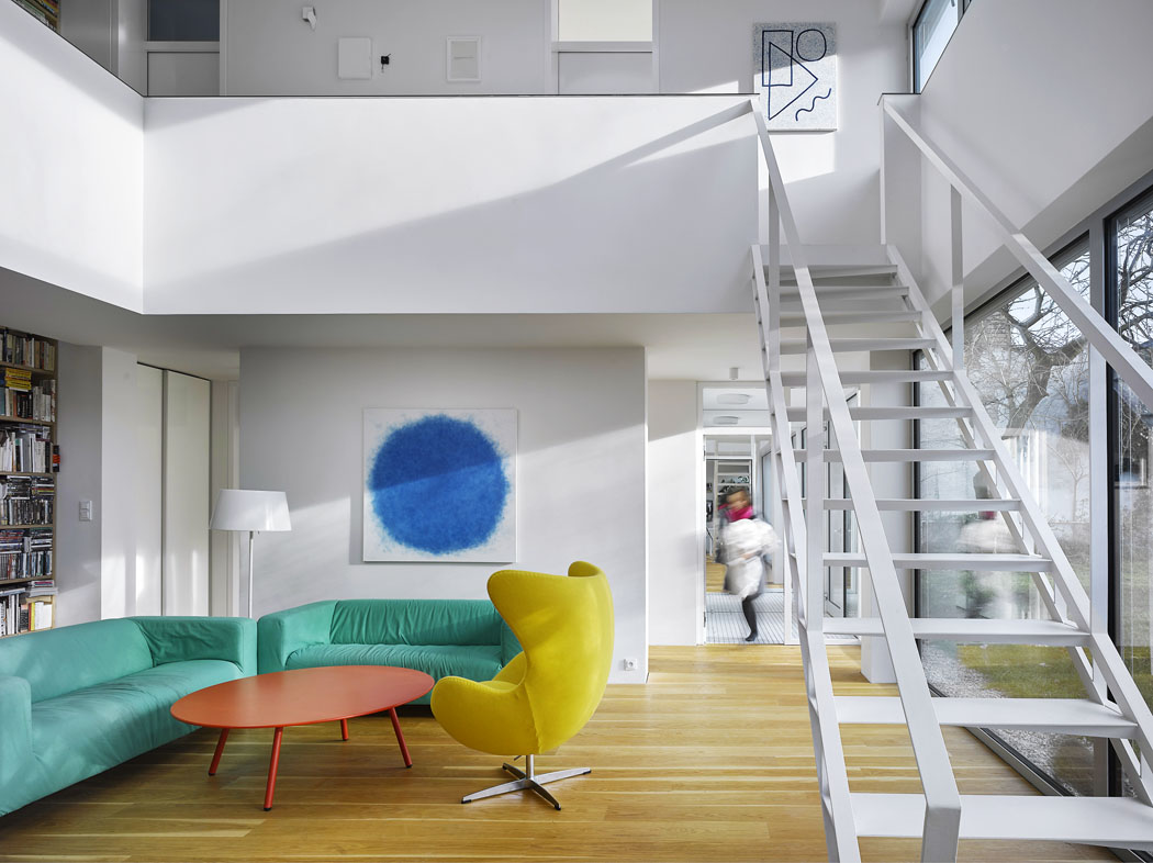 Kompozice ve žluté, červené a tyrkysové barvě vnáší do interiéru výrazný akcent přesně v té míře, aby byl živý a zároveň vyvážený.