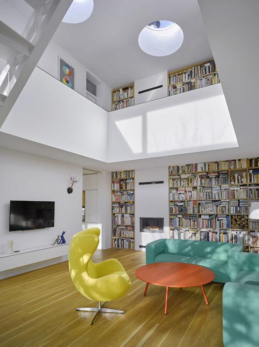 Centrální společný obytný prostor přechází (spolu s knihovnami) na galerii v patře. Vybavení interiéru tvoří několik kvalitních nábytkových solitérů a výtvarná díla.