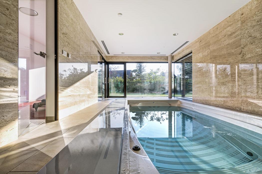 Není lepší relaxace než zaplavat si svýhledem dozahrady. Spa je vybaveno protiproudem atermokrytem, který automaticky zajíždí dobočního pouzdra. Prosklená hala má krásný travertinový obklad stěn aje propojena sposilovnou.
