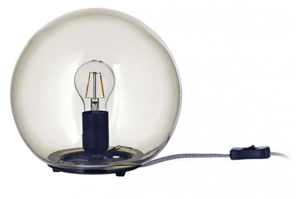 Novinkou je stolní lampa Fado se skleněným stínidlem, 24 x 25cm, cena bez žárovky 349Kč, www.ikea.cz