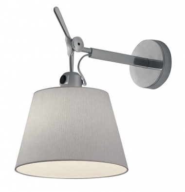 Zleštěného hliníku je nástěnná lampička Tolomeo odArtemide, stínidlo lze naklopit o30° dopředu, 150 W, cena bez stínidla 5415Kč, www.aulix.cz
