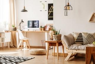 Dřevěný nábytek a doplňky předávají interiéru hřejivý pozdrav přírody, který zejména teď v zimě oceníme nejvíce.
