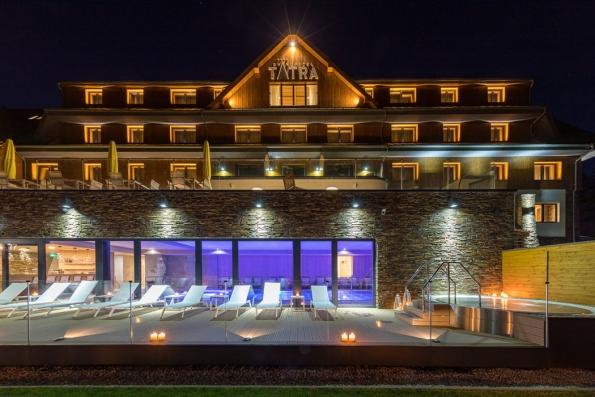 18. Grandhotel Tatra – wellness a hory: Zelené Beskydy, nádherná příroda, zcela nový luxusní wellness hotel se sluneční terasou a kouzelnými výhledy na protilehlé valašské kopce – komu by se tu nelíbilo! Výjimečný je i přístup lidí, kteří se o vás budou starat. Udělají maximum pro to, abyste si v hotelu užili každičký moment, a na cestu vám ještě přibalí příjemné zážitky, emoce – a možná přidají i frgál.