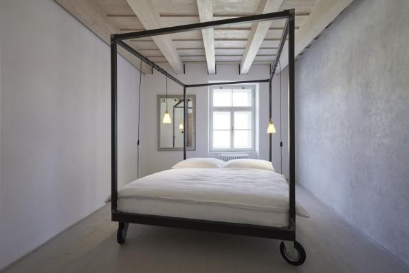 6. Penzion Štajnhaus vás překvapí: Pokud hledáte neobvyklé ubytování, můžete vyzkoušet penzion Štajnhaus v Mikulově. Tento starý renesanční dům majitelé ve spolupráci s mladým architektonickým ateliérem ORA uvnitř zrekonstruovali do moderní podoby a navenek zachovali unikátní historickou tvář. Pokud máte rádi minimalistický styl, prostor bez zbytečného nábytku a doplňků navíc, bude se vám tady líbit.