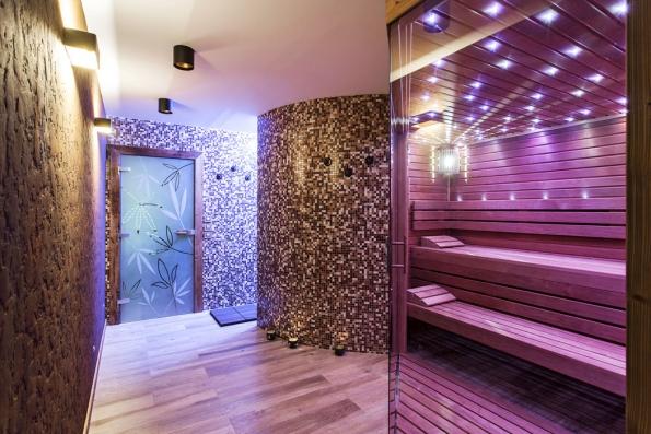 Celému interiéru wellness vládnou přírodní materiály abarvy – keramická dlažba sdezénem dřevěných prken, míchaná mozaika, nastěně je stěrka splastickou strukturou imitující povrch rezavého železa.